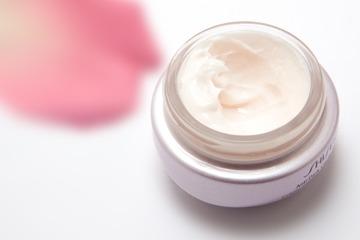 Het vergelijken van de relatief prijzige nacht crème: behaal direct voordeel